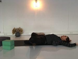 Yin-yoga-sessie voor dankbaarheid-lying butterfly